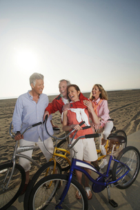 Couples with bicycles on beach boardwalkの写真素材 [FYI01990393]