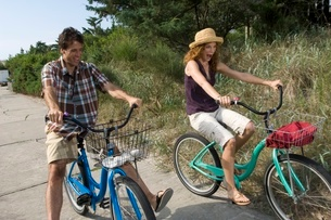 Adult couple riding bicyclesの写真素材 [FYI01990419]