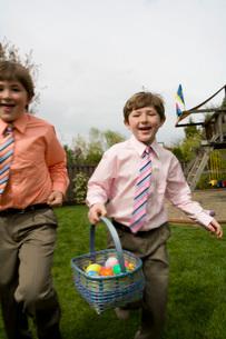 Boys on Easter egg huntの写真素材 [FYI01990421]