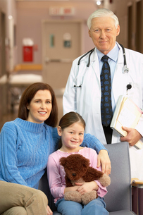 Mother and daughter and doctor smilingの写真素材 [FYI01990426]