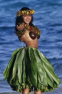 Hula dancer on beachの写真素材 [FYI01990447]
