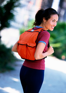 Woman carrying backpackの写真素材 [FYI01990504]