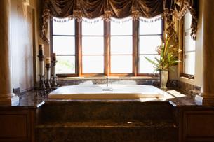 Large hot tub Tub in Master Bathroomの写真素材 [FYI01990521]