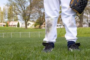 Young boy's dirty baseball uniformの写真素材 [FYI01990553]