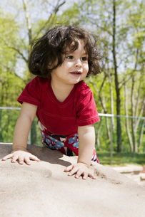 Young girl playing in sandboxの写真素材 [FYI01990557]