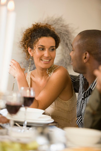 Woman talking at dinner tableの写真素材 [FYI01990590]