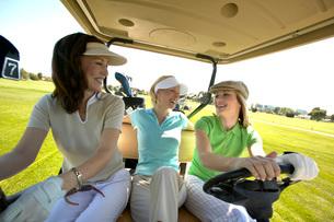 Women driving golf cartの写真素材 [FYI01990592]