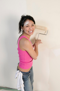 Woman painting wallの写真素材 [FYI01990595]