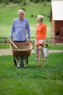 Senior couple gardeningの写真素材 [FYI01990598]