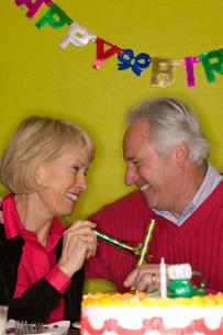 Senior couple celebrating birthdayの写真素材 [FYI01990603]