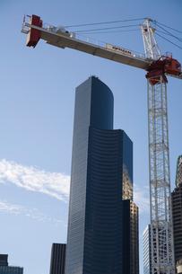 Crane beside high-rise buildingの写真素材 [FYI01990618]