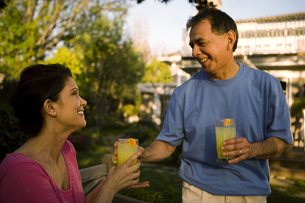 Mature man bringing his wife a drinkの写真素材 [FYI01990682]