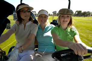 Women driving golf cartの写真素材 [FYI01990728]