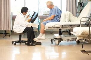 Doctor showing senior patient x-raysの写真素材 [FYI01990736]