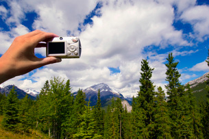 Tourist taking picture of sceneryの写真素材 [FYI01990750]