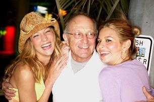 Women flirting with older manの写真素材 [FYI01990762]