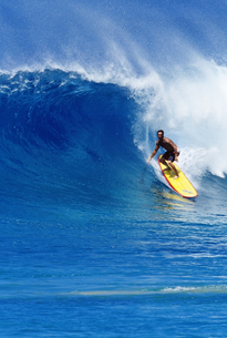 Surfer riding a waveの写真素材 [FYI01990769]