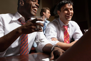 Businessmen having drinks at barの写真素材 [FYI01990777]