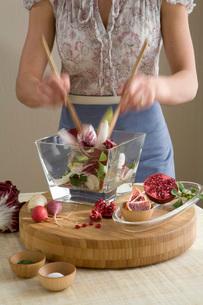 Woman making saladの写真素材 [FYI01990785]