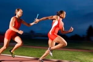 runner leaving starting block on trackの写真素材 [FYI01990843]