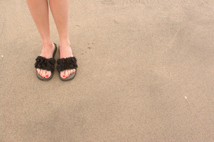 Young woman's sandaled feet on beachの写真素材 [FYI01990984]