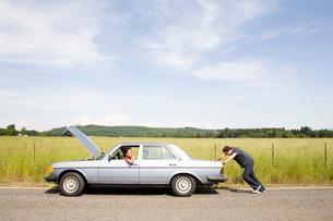Man pushing broken down carの写真素材 [FYI01990985]