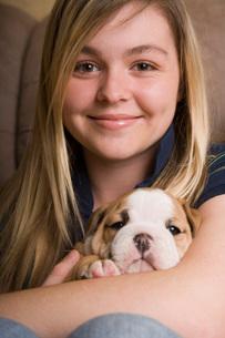 Teenage girl holding puppyの写真素材 [FYI01990995]