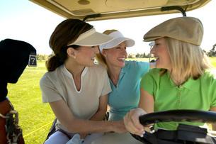 Women driving golf cartの写真素材 [FYI01990998]