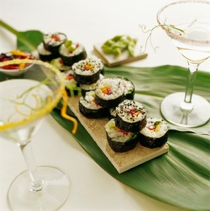 Tray of sushi with cocktailsの写真素材 [FYI01991005]