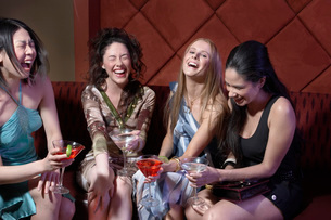 Women laughing in barの写真素材 [FYI01991018]