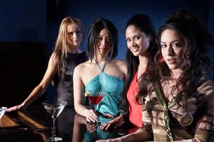 Women having drinks at barの写真素材 [FYI01991027]