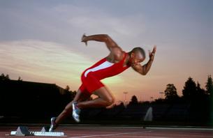 Male athlete running on trackの写真素材 [FYI01991028]