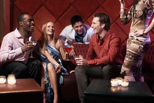 Couples having drinks in barの写真素材 [FYI01991082]