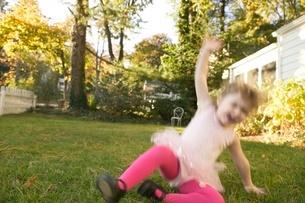 Young girl playing in ballerina costumeの写真素材 [FYI01991095]