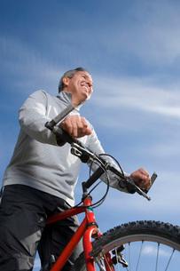 Mature man riding bicycleの写真素材 [FYI01991154]