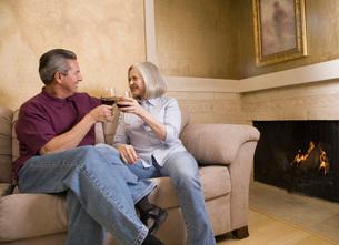 Mature couple drinking wineの写真素材 [FYI01991173]