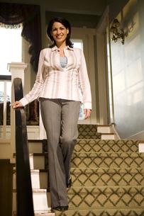 Woman descending staircaseの写真素材 [FYI01991191]