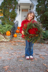 Young girl holding wreathの写真素材 [FYI01991197]