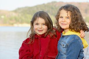 Outdoor portrait of two sisters huggingの写真素材 [FYI01991266]