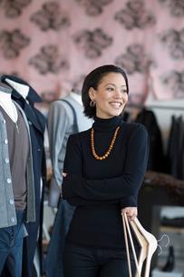 Sales clerk standing in clothing storeの写真素材 [FYI01991284]