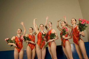Swim team waving in celebrationの写真素材 [FYI01991289]