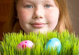 Young girl with Easter eggsの写真素材 [FYI01991308]