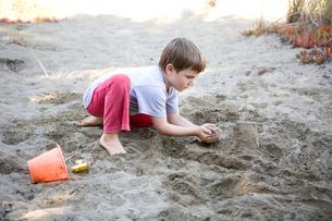 Boy making sandcastleの写真素材 [FYI01991310]