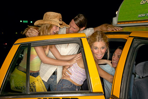 Couples getting into taxiの写真素材 [FYI01991311]