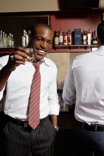 Businessman having shots in barの写真素材 [FYI01991312]