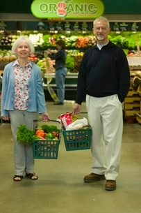 People holding grocery basketsの写真素材 [FYI01991316]
