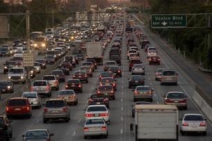 Blurred view of freeway trafficの写真素材 [FYI01991324]