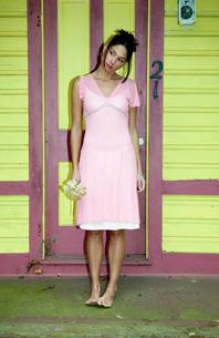 Teenage girl standing at front doorの写真素材 [FYI01991338]