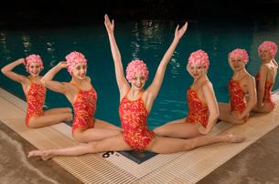 Synchronized swim team by swimming poolの写真素材 [FYI01991341]