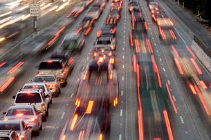 Blurred view of freeway trafficの写真素材 [FYI01991371]
